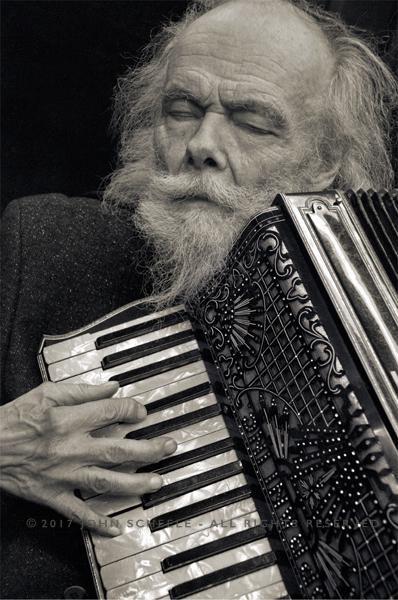 """Saksofonista i harmonikaš - Garth Hudson koji neodoljivo podseća na Karla Marxa - autora """"Kapitala"""""""