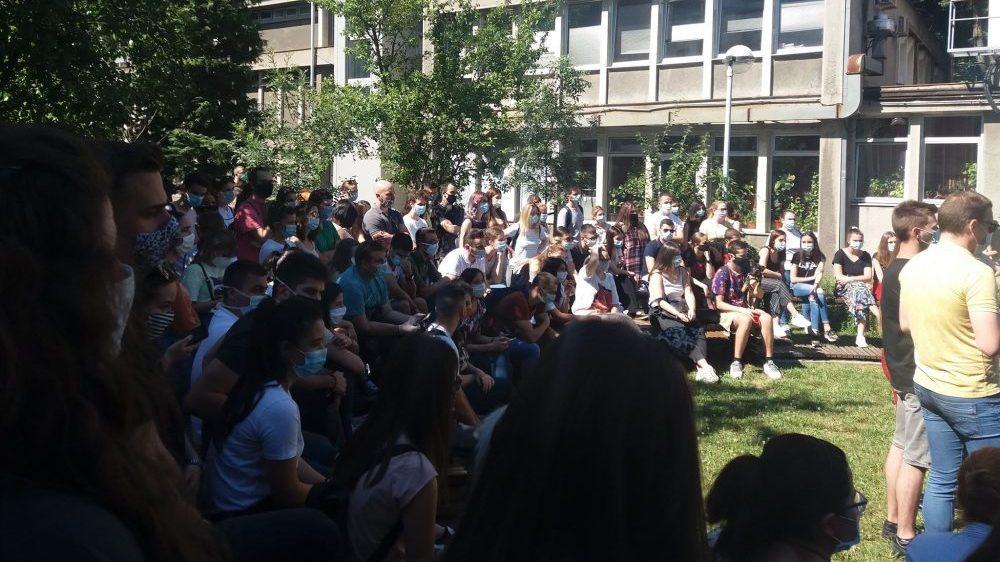 Studenti FPN-a i FON-a jutros blokirali zgrade fakulteta