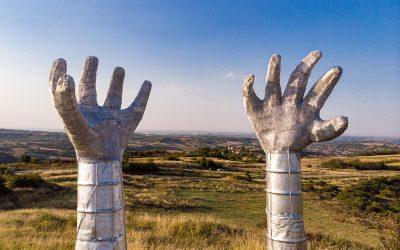 Šta simbolišu ispružene ruke u Bajk parku nadomak Novog Sada